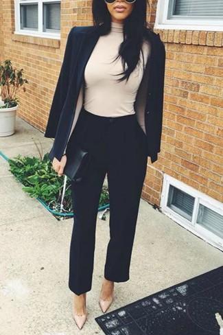 Cómo combinar: zapatos de tacón de cuero en beige, pantalón de pinzas negro, jersey de cuello alto en beige, blazer negro