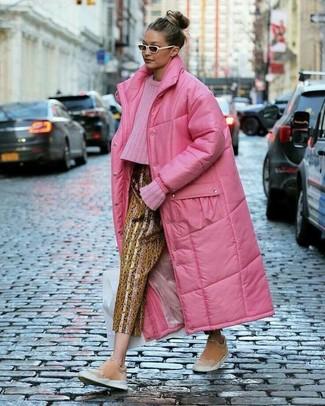 Cómo combinar: zapatillas slip-on de ante rosadas, pantalón de pinzas estampado dorado, jersey de ochos rosa, abrigo de plumón rosa