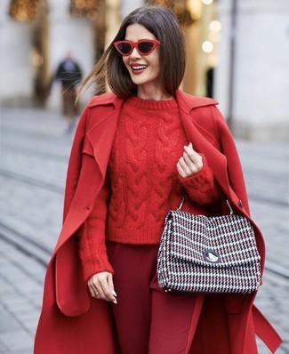 Cómo combinar: bolso de hombre de tweed en multicolor, pantalón de pinzas burdeos, jersey de ochos rojo, abrigo rojo