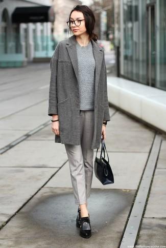 Cómo combinar: botines de cuero negros, pantalón de pinzas gris, jersey de ochos gris, abrigo gris