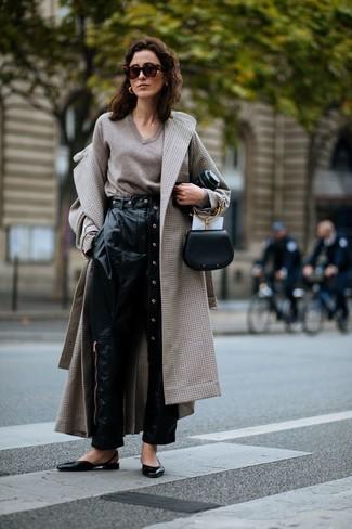 Cómo combinar: bailarinas de cuero negras, pantalón de pinzas de cuero negro, jersey de pico en beige, abrigo a cuadros en beige
