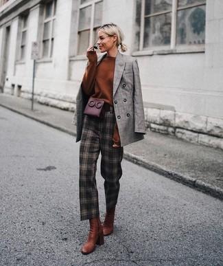 Cómo combinar: botines de cuero en tabaco, pantalón de pinzas a cuadros en marrón oscuro, jersey oversized en tabaco, blazer cruzado de tartán gris