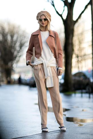 Combinar un blazer de lana marrón claro: Para un atuendo que esté lleno de caracter y personalidad elige un blazer de lana marrón claro y un pantalón de pinzas en beige. Zapatos de tacón de cuero en beige son una opción perfecta para complementar tu atuendo.