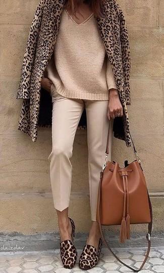 Cómo combinar: mocasín de pelo de becerro de leopardo marrónes, pantalón de pinzas en beige, jersey oversized de punto marrón claro, chaquetón de leopardo marrón claro