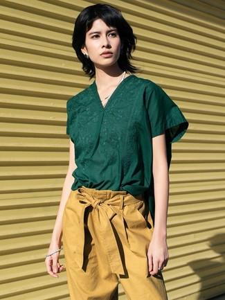 Cómo combinar: pantalón de pinzas marrón claro, blusa de manga corta verde oscuro