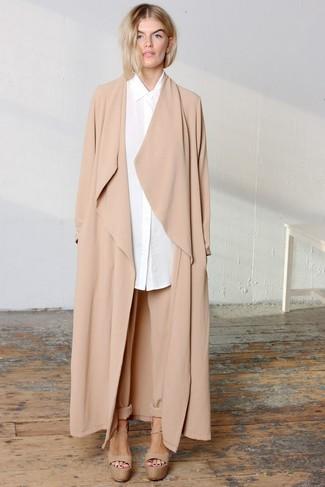 Cómo combinar: sandalias de tacón de cuero gruesas marrón claro, pantalón de pinzas marrón claro, camisa de vestir blanca, abrigo duster marrón claro