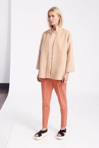Cómo combinar: sandalias planas de cuero negras, pantalón de pinzas naranja, camisa de vestir en beige, abrigo en beige