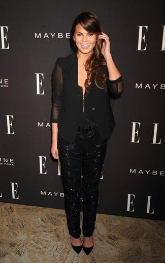 Cómo combinar: zapatos de tacón de ante negros, pantalón de pinzas de lentejuelas negro, blusa sin mangas de seda negra, blazer de seda negro