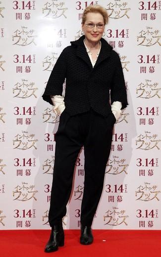 Cómo combinar: botines de cuero negros, pantalón de pinzas negro, camisa de vestir de seda blanca, chaqueta de tweed negra