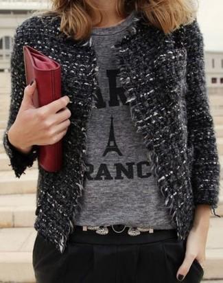 Cómo combinar: cartera sobre de cuero roja, pantalón de pinzas negro, camiseta con cuello circular estampada gris, chaqueta de tweed en gris oscuro