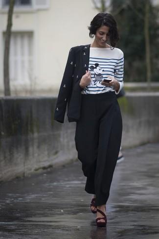 Cómo combinar: sandalias de tacón de ante burdeos, pantalón de pinzas negro, camiseta de manga larga de rayas horizontales en blanco y azul, blazer estampado en negro y blanco