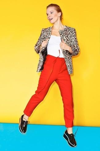 Cómo combinar: mocasín con plataforma de cuero negro, pantalón de pinzas rojo, camiseta sin manga blanca, chaqueta de piel de leopardo en beige