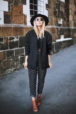 Combinar una chaqueta motera negra: Opta por una chaqueta motera negra y un pantalón de pinzas a lunares en negro y blanco para conseguir una apariencia glamurosa y elegante. ¿Por qué no ponerse chinelas de cuero en tabaco a la combinación para dar una sensación más clásica?