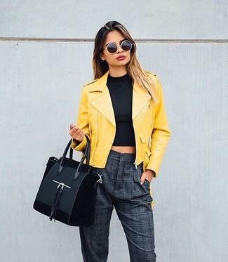 Cómo combinar: bolsa tote de ante negra, pantalón de pinzas a cuadros en gris oscuro, top corto negro, chaqueta motera de cuero amarilla