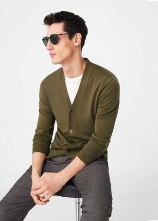 Cómo combinar: pantalón de vestir a cuadros marrón, camiseta con cuello circular blanca, cárdigan verde oliva