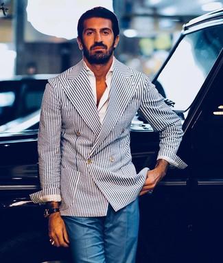Cómo combinar: reloj de cuero negro, pantalón de vestir azul, camisa de manga larga blanca, blazer cruzado de rayas verticales en blanco y azul marino