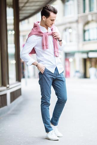 Cómo combinar: tenis blancos, pantalón de vestir a cuadros azul, camisa de vestir blanca, jersey con cuello circular rosado