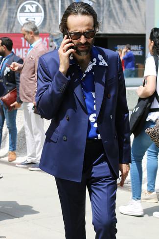 Cómo combinar: gafas de sol en marrón oscuro, pantalón de vestir azul marino, camisa de manga corta estampada azul, blazer cruzado azul marino