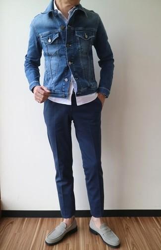 Cómo combinar: mocasín de ante gris, pantalón de vestir azul marino, camisa de manga corta blanca, chaqueta vaquera azul
