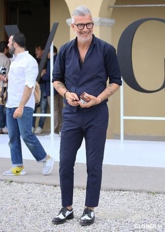 Cómo combinar: zapatos derby de cuero en negro y blanco, pantalón de vestir azul marino, camisa de manga larga azul marino, chaleco de vestir azul marino