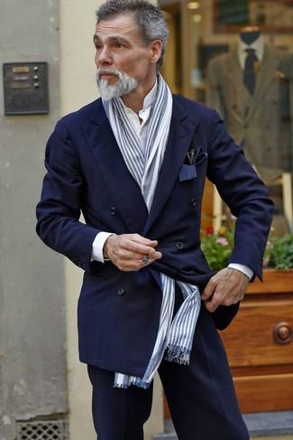 Combinar un blazer cruzado: Utiliza un blazer cruzado y un pantalón de vestir azul marino para un perfil clásico y refinado.