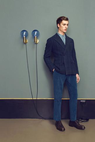 0a8744e034e Look de moda: Zapatos brogue de cuero en marrón oscuro, Pantalón de vestir  de pana azul marino, Camisa de vestir de cambray celeste, Blazer cruzado de  ...