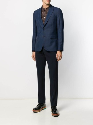 Cómo combinar: zapatos derby de cuero negros, pantalón de vestir azul marino, camisa de vestir estampada negra, blazer azul marino