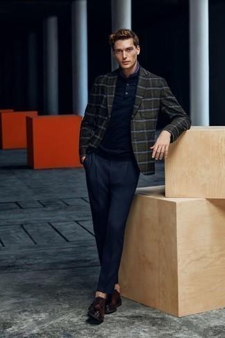 Combinar unos zapatos derby de cuero en marrón oscuro: Casa un blazer de tartán verde oscuro con un pantalón de vestir azul marino para rebosar clase y sofisticación. Zapatos derby de cuero en marrón oscuro son una opción buena para complementar tu atuendo.
