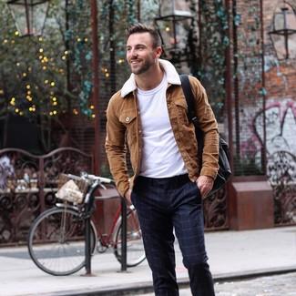 Combinar una chaqueta estilo camisa de ante marrón: Empareja una chaqueta estilo camisa de ante marrón con un pantalón de vestir a cuadros azul marino para un perfil clásico y refinado.
