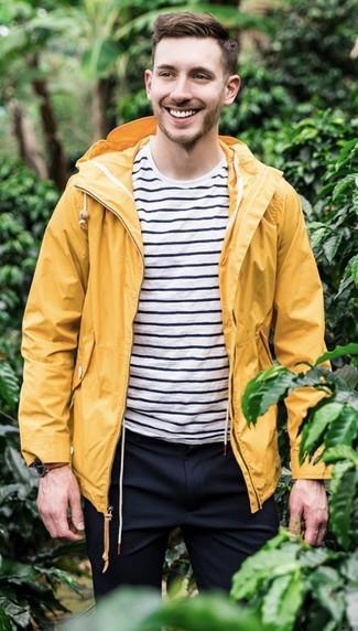 Cómo combinar: reloj de cuero marrón, pantalón de vestir azul marino, camiseta con cuello circular de rayas horizontales en blanco y negro, chubasquero amarillo