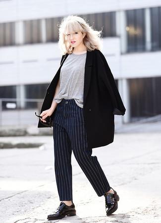 Combinar un pantalón de vestir de rayas verticales azul marino: Haz de un abrigo negro y un pantalón de vestir de rayas verticales azul marino tu atuendo para sentirte con confianza y a la moda. Mocasín con borlas de cuero negro son una opción inigualable para completar este atuendo.