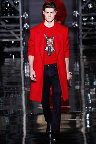 Cómo combinar: botas casual de cuero negras, pantalón de vestir azul marino, camiseta con cuello circular bordada roja, abrigo largo rojo