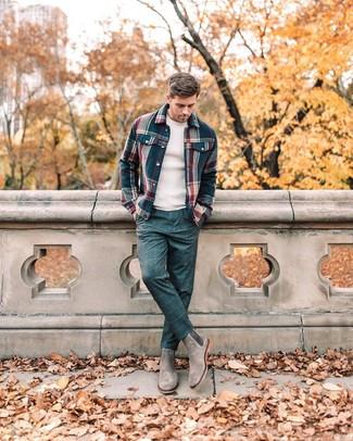 Cómo combinar: botines chelsea de ante grises, pantalón de vestir a cuadros azul marino, jersey con cuello circular en beige, chaqueta estilo camisa de franela de tartán azul marino
