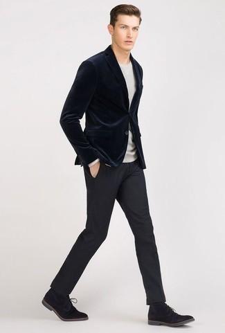 Look de moda: Botas safari de ante negras, Pantalón de vestir azul marino, Jersey con cuello circular gris, Blazer de terciopelo azul marino