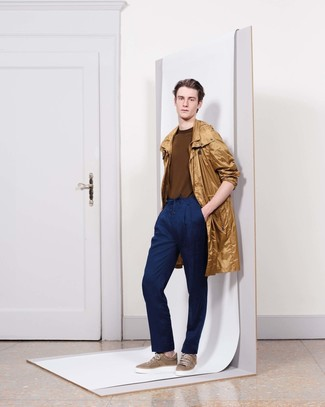 Cómo combinar: tenis marrónes, pantalón de vestir azul marino, jersey con cuello circular marrón, chubasquero marrón claro