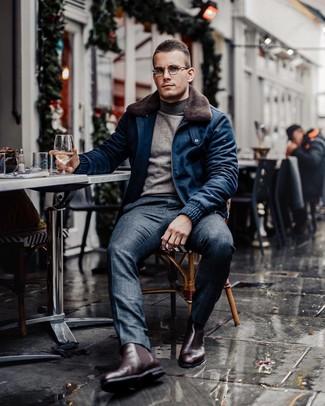 Combinar una cazadora de aviador de lana azul marino: Elige una cazadora de aviador de lana azul marino y un pantalón de vestir de tartán azul marino para lograr un look de vestir pero no muy formal. Este atuendo se complementa perfectamente con botines chelsea de cuero burdeos.