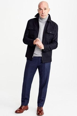 Cómo combinar: botas brogue de cuero marrónes, pantalón de vestir de lana azul marino, jersey de cuello alto de lana gris, chaqueta estilo camisa de lana azul marino