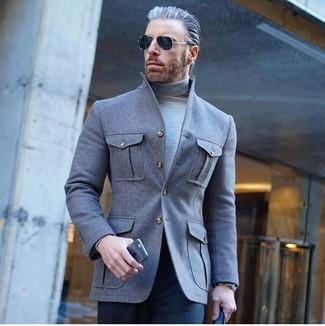 Cómo combinar: gafas de sol negras, pantalón de vestir azul marino, jersey de cuello alto gris, chaqueta estilo camisa de lana gris