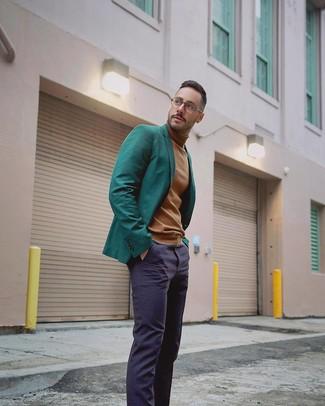 Cómo combinar: pantalón de vestir azul marino, jersey de cuello alto marrón claro, blazer verde oscuro