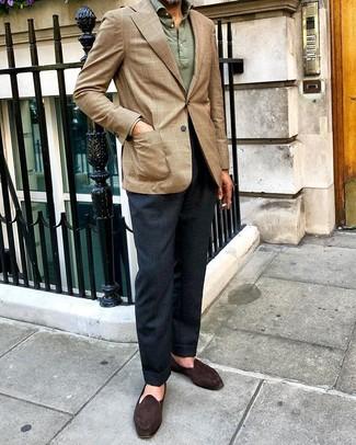 Combinar un polo de manga larga verde oscuro: Ponte un polo de manga larga verde oscuro y un pantalón de vestir azul marino para rebosar clase y sofisticación. ¿Quieres elegir un zapato informal? Completa tu atuendo con mocasín de ante en marrón oscuro para el día.