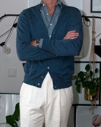 Combinar un cárdigan azul marino en clima cálido: Considera ponerse un cárdigan azul marino y un pantalón de vestir de lino blanco para rebosar clase y sofisticación.