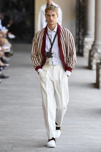Cómo combinar: zapatillas slip-on de cuero blancas, pantalón de vestir de rayas verticales blanco, camisa de manga larga de rayas verticales blanca, cárdigan con cuello chal en rojo y blanco