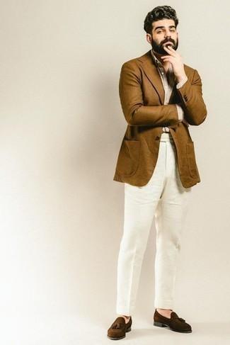 Combinar una camisa de vestir en beige: Emparejar una camisa de vestir en beige junto a un pantalón de vestir de lino blanco es una opción muy buena para una apariencia clásica y refinada. Mocasín con borlas de ante en marrón oscuro darán un toque desenfadado al conjunto.