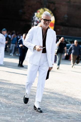 Cómo combinar: botas formales de cuero en negro y blanco, pantalón de vestir blanco, camisa polo negra, blazer cruzado blanco