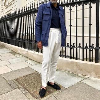 Cómo combinar: mocasín de ante negro, pantalón de vestir blanco, polo de manga larga azul marino, chaqueta campo de lino azul marino
