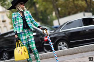 Combinar un bolso de hombre de cuero amarillo: Elige un blazer de tartán verde y un bolso de hombre de cuero amarillo transmitirán una vibra libre y relajada.