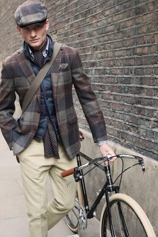 Cómo combinar: gorra inglesa de tartán marrón, pantalón de vestir en beige, blazer de lana de tartán marrón, chaleco de abrigo acolchado azul marino