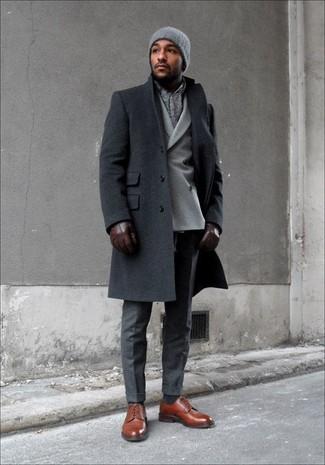 Cómo combinar: zapatos derby de cuero marrónes, pantalón de vestir en gris oscuro, blazer cruzado de lana gris, abrigo largo en gris oscuro