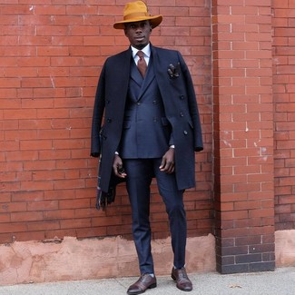 Cómo combinar: zapatos oxford de cuero marrónes, pantalón de vestir azul marino, blazer cruzado azul marino, abrigo largo azul marino