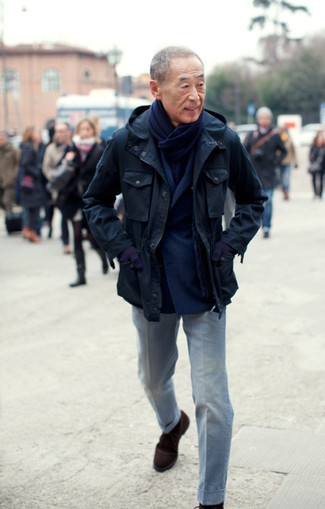 Cómo combinar: botas safari de ante en marrón oscuro, pantalón de vestir gris, blazer cruzado de lana azul marino, chaqueta campo azul marino